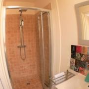 Salle de bain de la chambre d'hôtes à Carcassonne avec vue sur château Cannelle